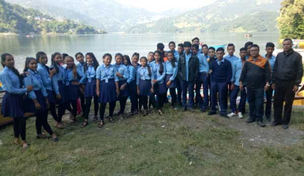 A photos of students and teacher during the tour